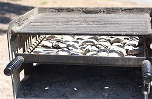 鉄板部分に熱いチャコールを敷きます。